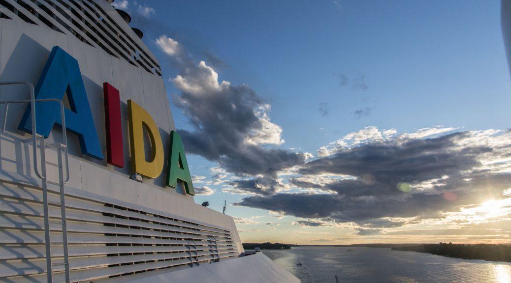 Schiff mit Wolken